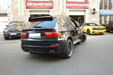 BMW X5 c установленым аэродинамическим китом от Hamann Flash накладки на выхлопные трубы