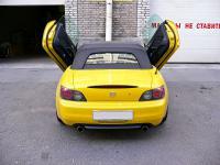 Honda S2000 вертикальные двери подняты вид сзади